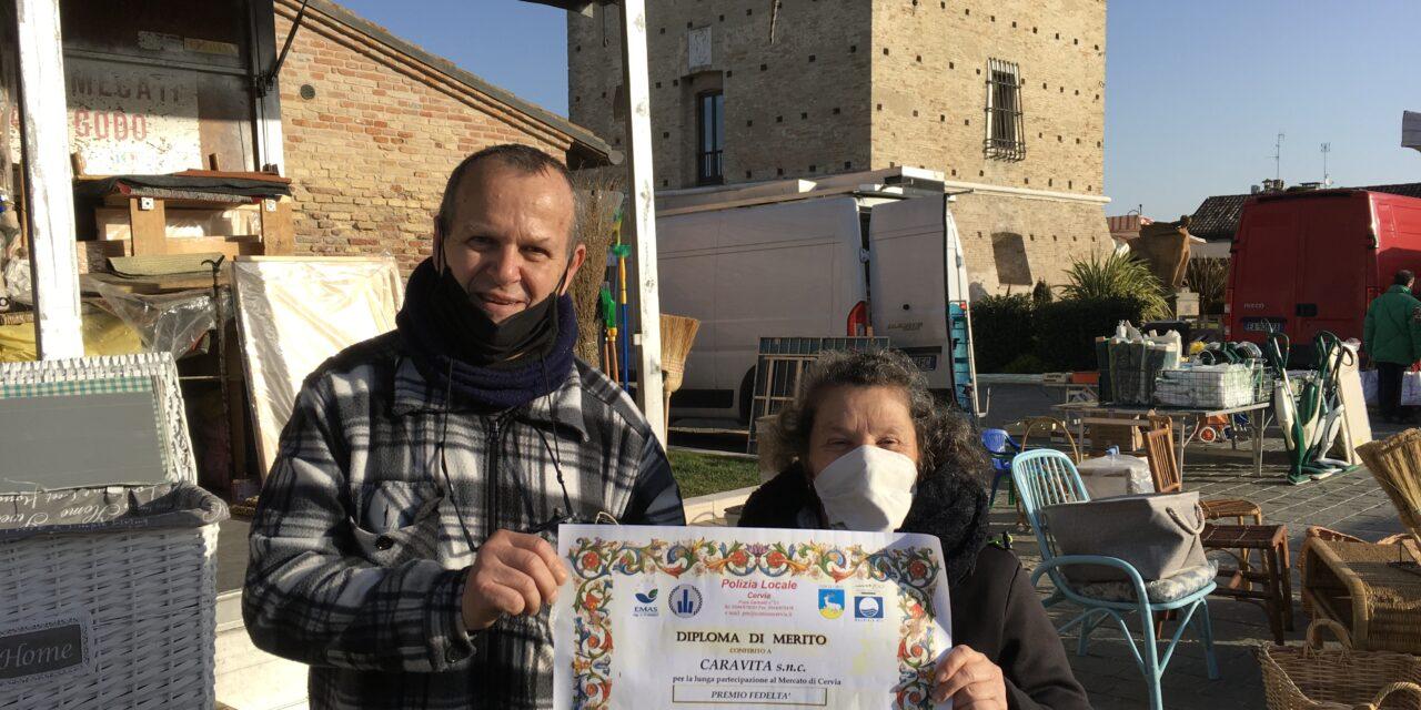 Cervia: Attestato di merito oggi al mercato per Luciana Marcella e Sergio