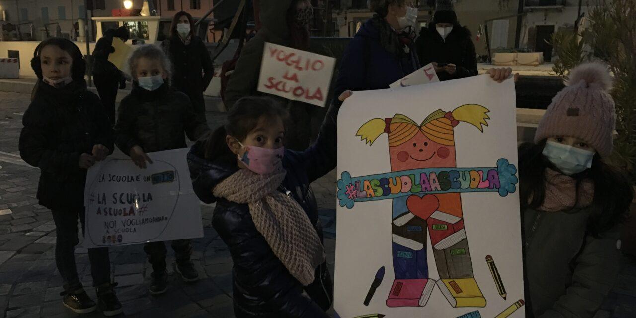 Cesenatico: Genitori in piazza per dire NO alla chiusura delle scuole